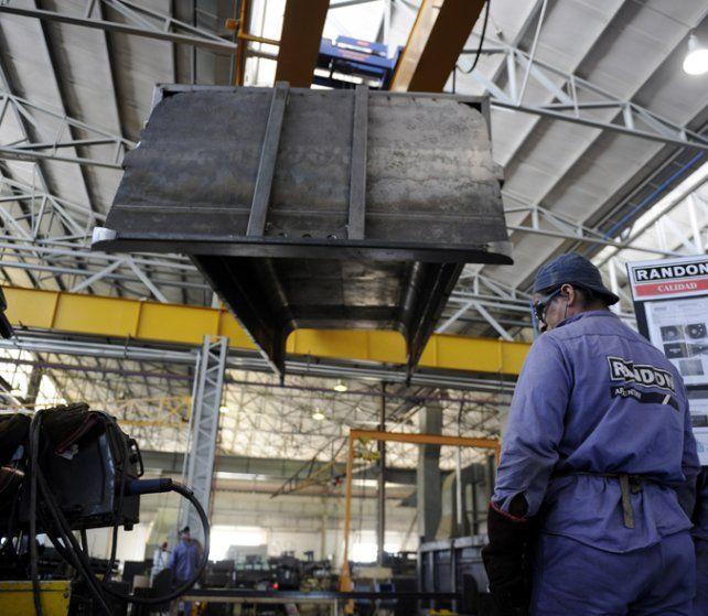 En baja. La producción industrial se mantiene en el terreno negativo.