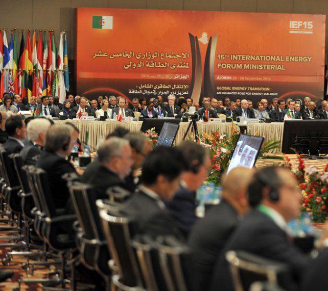 Hombres de negro. Los países productores de crudo debatieron en Argelia.