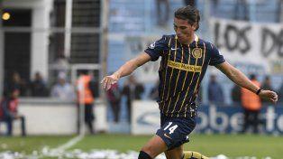 El debut. Dylan Gissi intenta salir jugando en Rafaela, donde jugó su primer partido con la camiseta canalla.