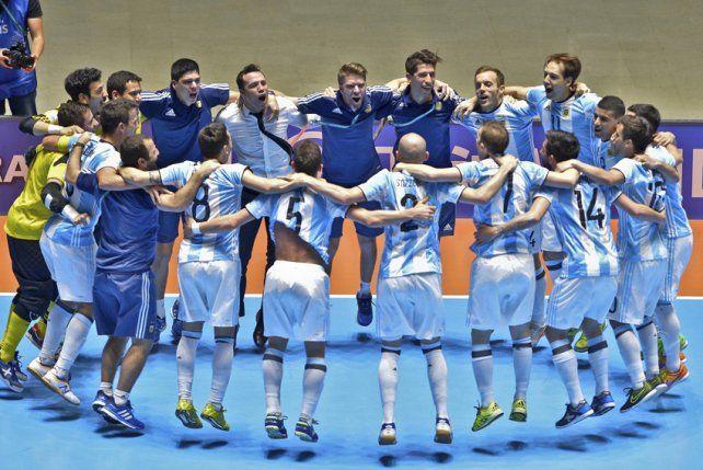 Fiesta albiceleste. El plantel y el cuerpo técnico argentino celebran la histórica clasificación.