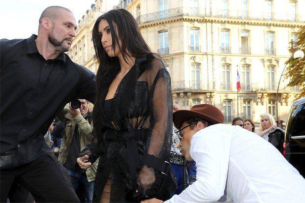 Un hombre sorteó la seguridad y le besó el trasero a Kim Kardashian
