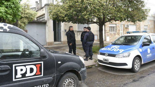 Efectivos de la policía frente al ingreso de la vivienda asaltada. Dos delincuentes fueron apresados tras un violeto incidente.