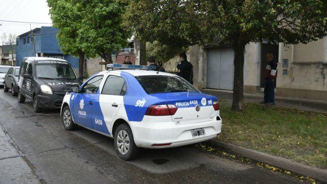 La policía llegó rápidamente al lugar donde ocurrió el violento asalto y capturó a dos maleantes.