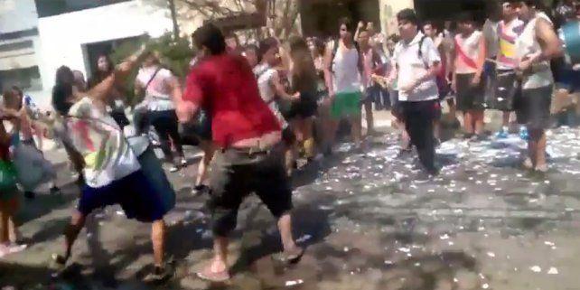 A palazos, un vecino cortó el festejo de un grupo de estudiantes en la calle en Pilar
