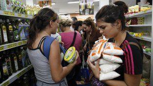 Ciudadanos venezolanos en un supermercado de la capital.