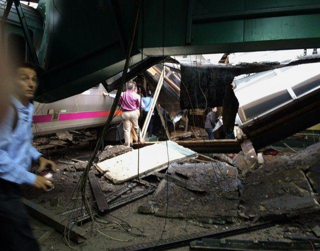 La fuerza del impacto hizo que el tren despegara del piso e impactara con el techo de la terminal.