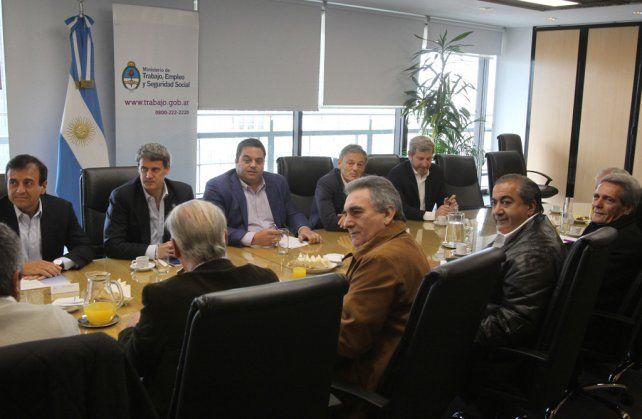 mesa amplia. El triunvirato de la CGT y funcionarios del gobierno iniciaron ayer una ronda de negociación.