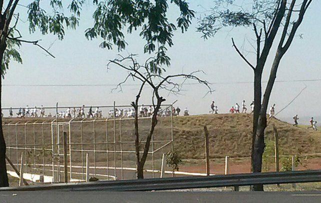 Los reclusos se echaron a correr por el descampado.