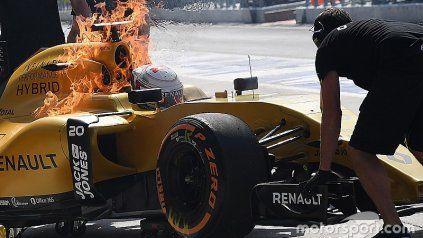 Piloto de Fórmula 1 logra salir de su auto al prenderse fuego