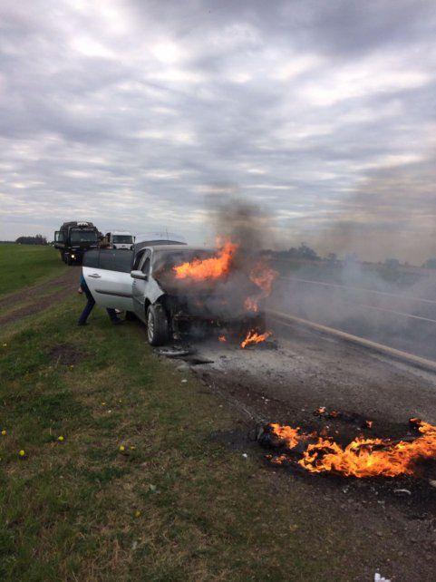 El vehículo se incendió a la vera de la autopista que conecta con Córdoba.