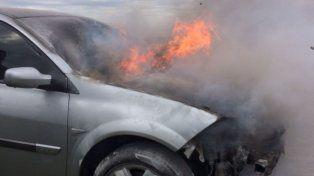 Las llamas surgieron desde el motor del vehículo.