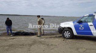 El cuerpo fue hallado por un pescador que dio parte a las autoridades de Prefectura. (Foto gentileza Arroyo Diario).