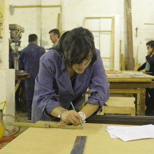 Mara es estudiante de arquitectura y también se da tiempo para aprender a diseñar y construir muebles de madera. Una de las tantas formaciones que se dictan en el CEF de Crespo al 800.