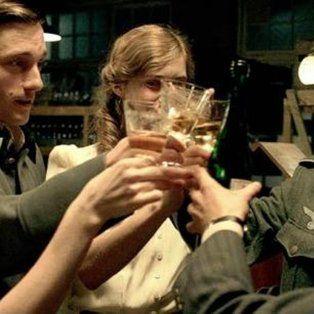 Berlín 1941. Cinco amigos alemanes brindan por el futuro y prometen verse muy pronto. Es la generación que vivió la guerra y que sigue bajo la lupa.