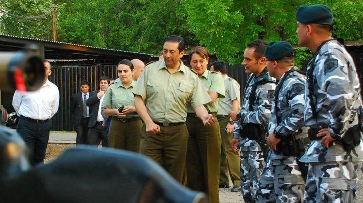 Oficiales de la Tropa de Operaciones Especiales (TOE) escuchan a los carabineros chilenos.
