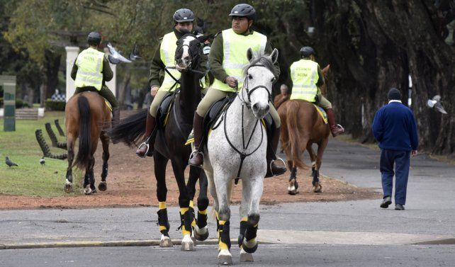 Gendarmes montados a caballo patrullaron ayer distintos sectores del parque Independencia.