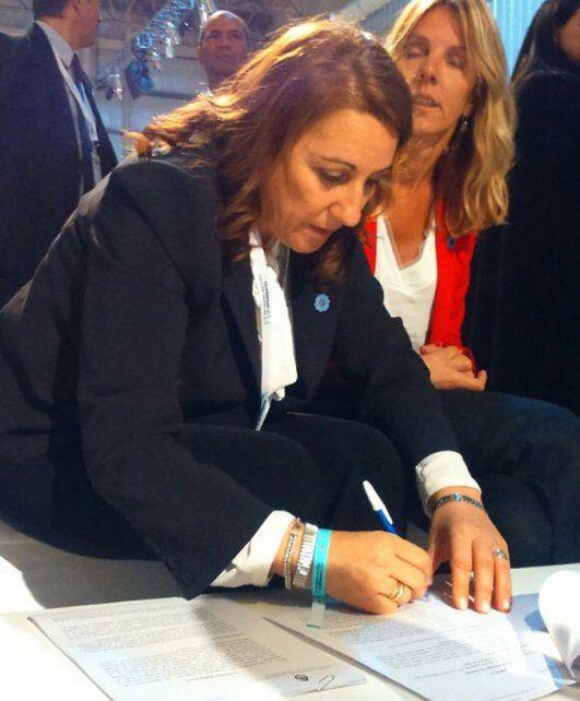 Rúbrica. La intendenta suscribió ayer el convenio en Buenos Aires.