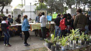 En la vereda del hospital se montó una feria donde se ofrecieron verduras y alimentos orgánicos.