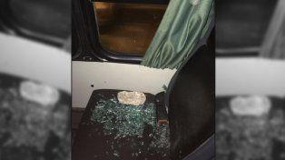 Uno de los piedrazos que impactó contra el colectivo escolar.
