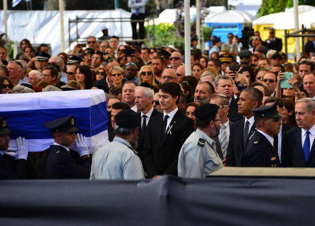 Funeral de Estado. El traslado del féretro. Netanyahu estrecha la mano de Abbas. Obama con un familiar de Peres.