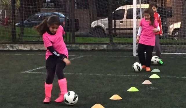 Nenas. La escuela que organiza el torneo tiene a 320 chicas entrenando fútbol desde los 4 años.