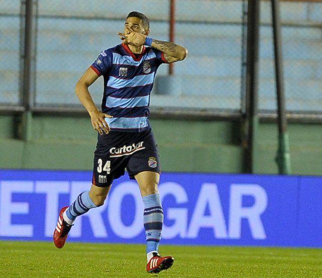 Festejo. El uruguayo celebra el gol ante Gimnasia. Fue en su vuelta tras una rotura del tendón de Aquiles.