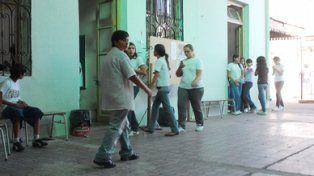 A diario 450 adolescentes recorren el patio de la Técnica 638 de barrio Arroyito.
