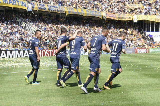 Marco Ruben festeja junto a sus compañeros tras marcar el primer tanto de la goleada auriazul.