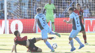 Facundo Quignon intenta recuperar la pelota en la mitad de la cancha.