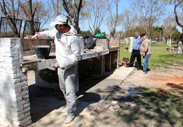 Parque regional. Trabajaron asistentes a talleres de herrería y construcción.