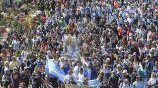 Imponente. La imagen de la Virgen encabezó la procesión que se inició en el templo de San Cayetano de Liniers.