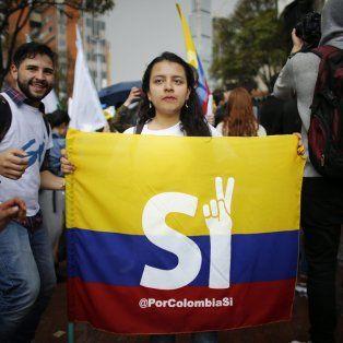 A favor. Un grupo de estudiantes colombianos hacen campaña por el «sí» en la ciudad de Bogotá.