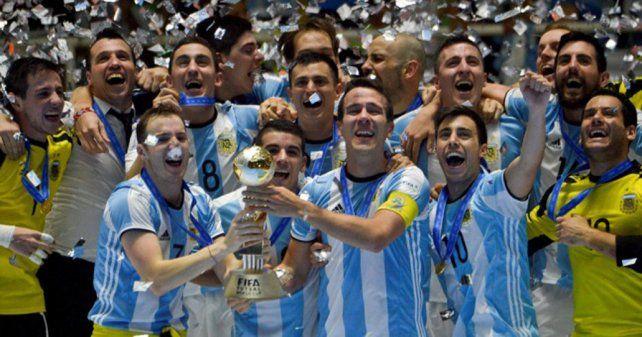 Los dueños de la copa. Los jugadores y el cuerpo técnico albiceleste festejan la conquista del título en tierras colombianas.