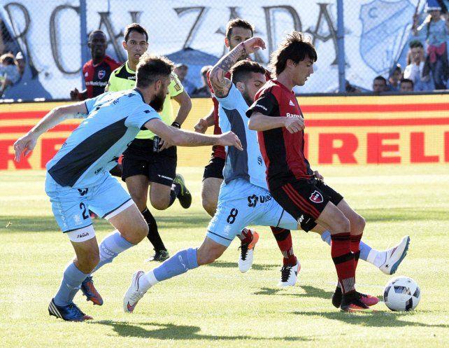 Gato encerrado. Formica con la pelota dominada ante el acoso de Bogino y Adrián Aguirre. El diez leproso esta vez no pudo marcar la diferencia con su fútbol exquisito.