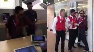 En un ataque de ira, un joven destruyó una Apple Store con una bola de hierro