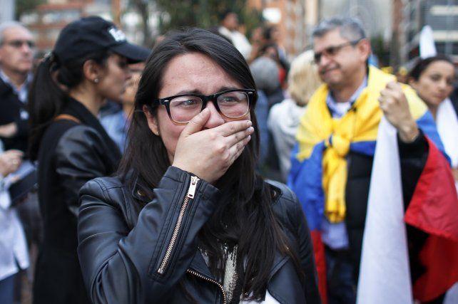 Una mujer se lamenta en Bogotá por el resultado del plebiscito.
