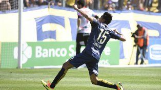 Con alma y vida. Camacho ya convirtió su primer gol de la tarde y lo celebra de cara alos hinchas.