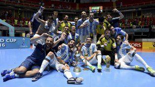 Pose campeona. El equipo argentino de futsal en pleno festeja con la copa ganada en Cali tras vencer a Rusia en la final.