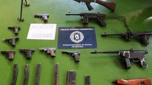 arsenal. Los investigadores secuestraron armas de diversos calibre.