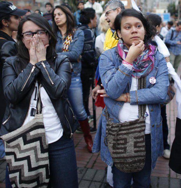 estupor. Jóvenes por el Sí se enteran de la derrota en Bogotá.