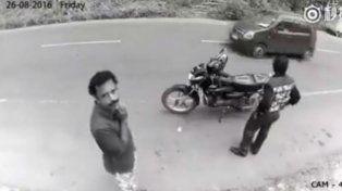 Un ladrón asaltó a un motociclista pero cuando se dio cuenta que lo filmaban, se arrepintió