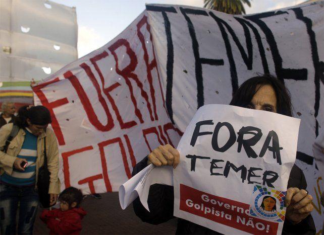 Un grupo de manifestantes reclamó frente a Olivos.