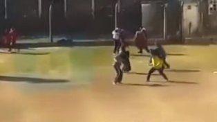 Las imágenes de una brutal batalla a facazos en la cárcel de Sierra Chica