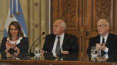 Juntos. La procuradora Alejandra Gils Carbó, el gobernador y el fiscal general, Julio De Olazábal ayer, al sellar el convenio.