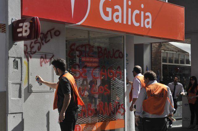 Escrache. El gremio bancario local se movilizó ante la sucursal con bombos