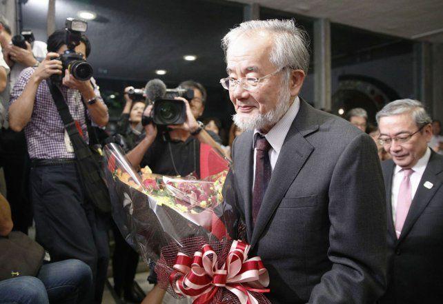 Flores para él. El profesor Ohsumi minutos después de conocer la noticia. Es una alegría insuperable