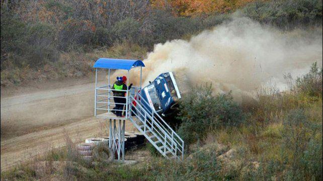 Un auto  voló por los aires y provocó una tragedia en un rally