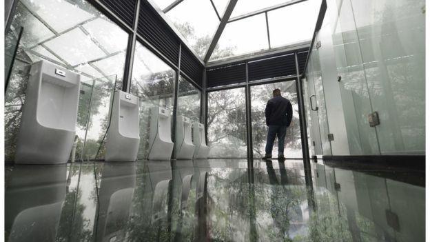 Se pusieron creativos e idearon baños con paredes de vidrio que permiten ver todo