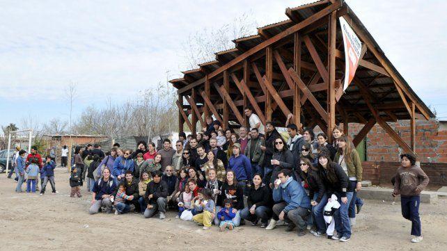 Más de 50 estudiantes universitarios participaron de la obra de madera y chapas para un potrero de Empalme Graneros.