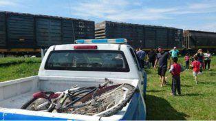 Un patrullero recogió la bicicleta destrozada por la formación ferroviaria